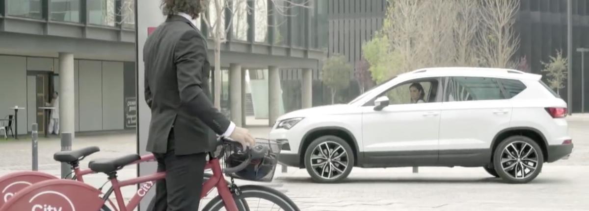 La rencontre entre le cycliste Vittorio Brumotti et la Seat Ateca