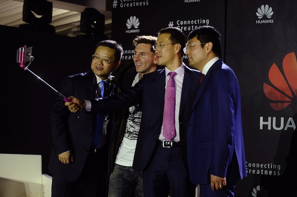 Huawei Executive team taking a selfie with Messi using the Huawei Mate 8
