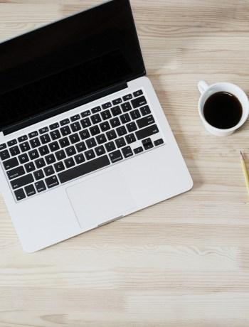 Schreibtisch, zerknüllte PostIts und Kaffeetassevo Pixabay