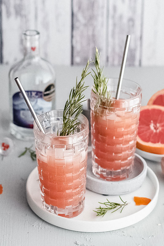 Gin Tonic Cocktail mit frisch gepresster Grapefruit