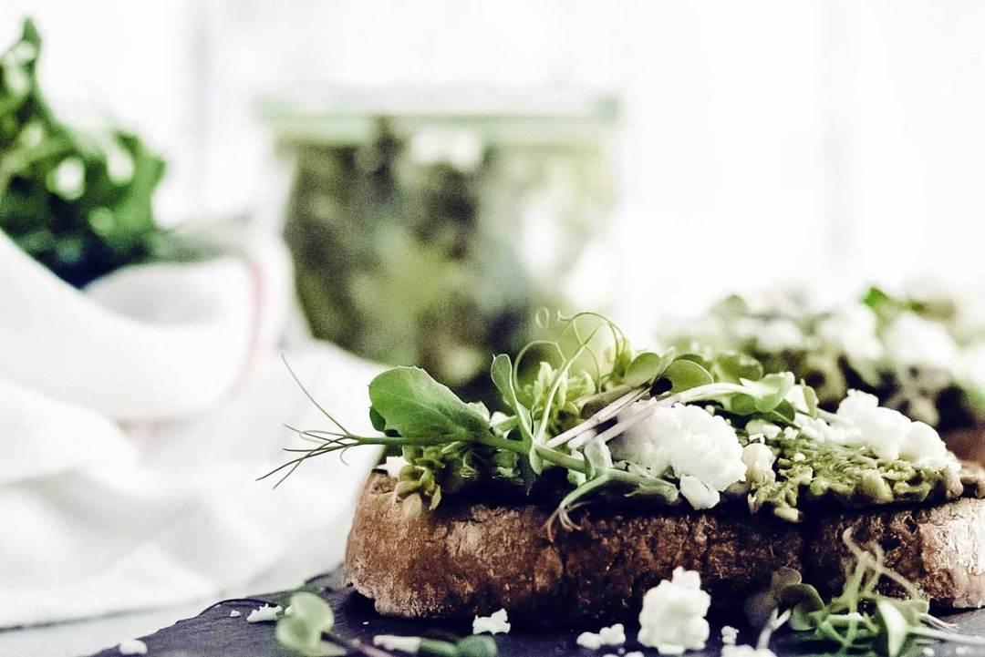 """Erbsenpüree auf gegrilltem Brot mit Ziegenkäse, Basilikum und Blüten nachgekocht aus dem Buch """"Immer Grün"""""""