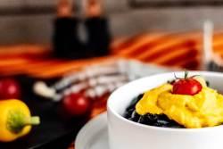 Der farblich perfekte Partysnack für Halloween. Pasta Nero und Kürbis-Frischkäse Sauce.