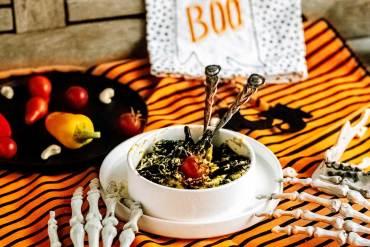Halloween Party Snack. Pasta Nero mit Kürbis Frischkäse Sauce