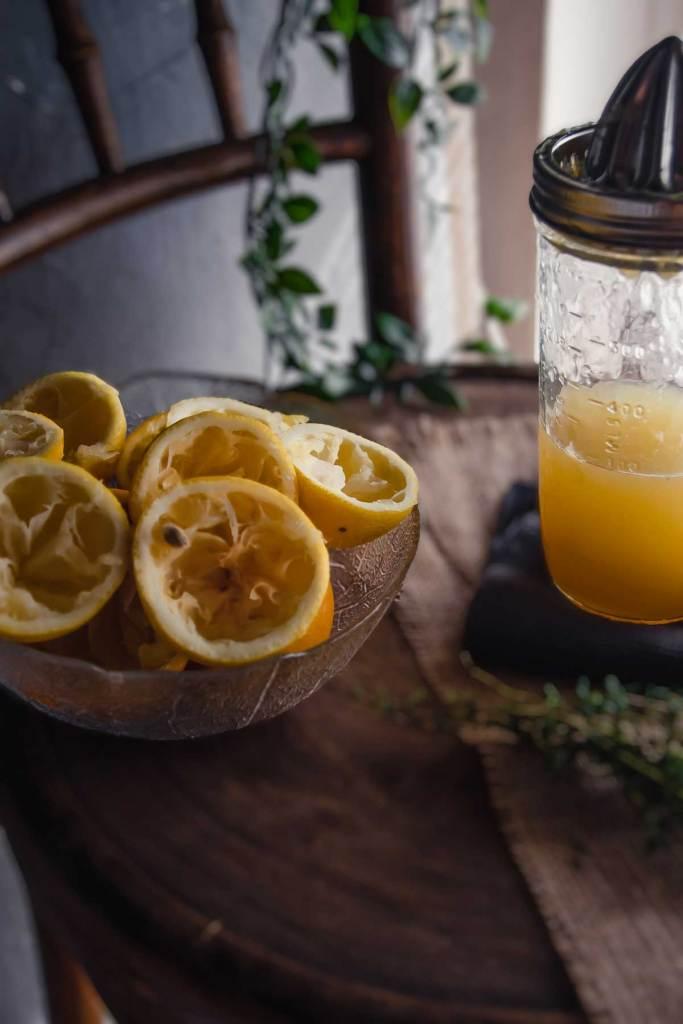 """Orangenen Zitronen, die ausgepresst sind. Eine Grundzutat für das Rezept """"Süß-Saure Versuchung"""""""
