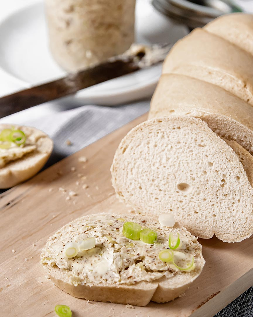 Ein Stück Brot mit  Aufstrich