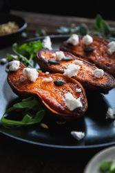 Süßkartoffelhälften mit veganem Feta und Salatgarnitur