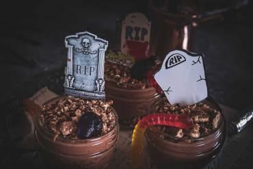 Schokoladiger Snack in Form von essbaren Gräbern