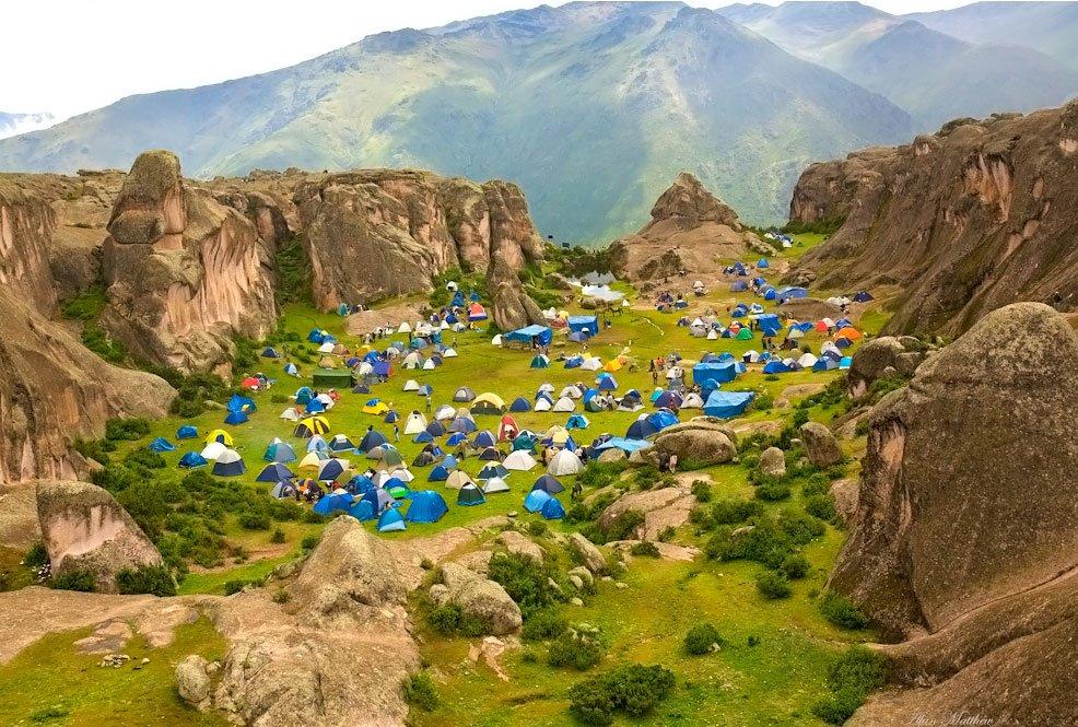 Foto tirada na semana da Páscoa com mais de 1.000 pessoas acampando na área conhecida como Anfiteatro, am Marcahuasi - Foto de Alan Matthew