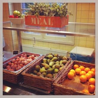 Stayokay-Vondelpark-Amsterdam-Hostel-desayuno-buffet-fruta
