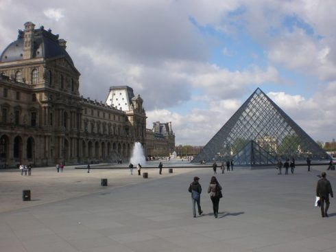Louvre museum exterior glass piramid
