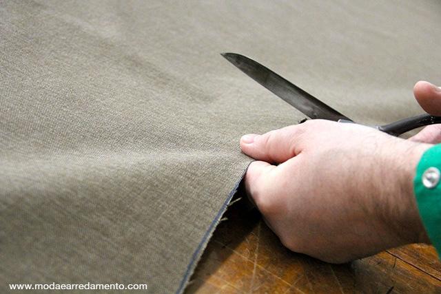 mani di artigiano che tagliano stoffa