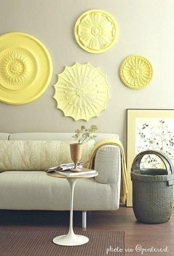 decorare le pareti con i rosoni di gesso o polistirolo.