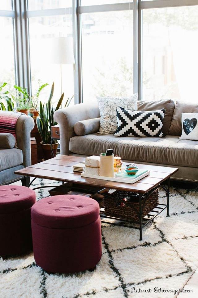 immagine di soggiorno moderno con divano chiaro e pouf colore marsala 18-1438