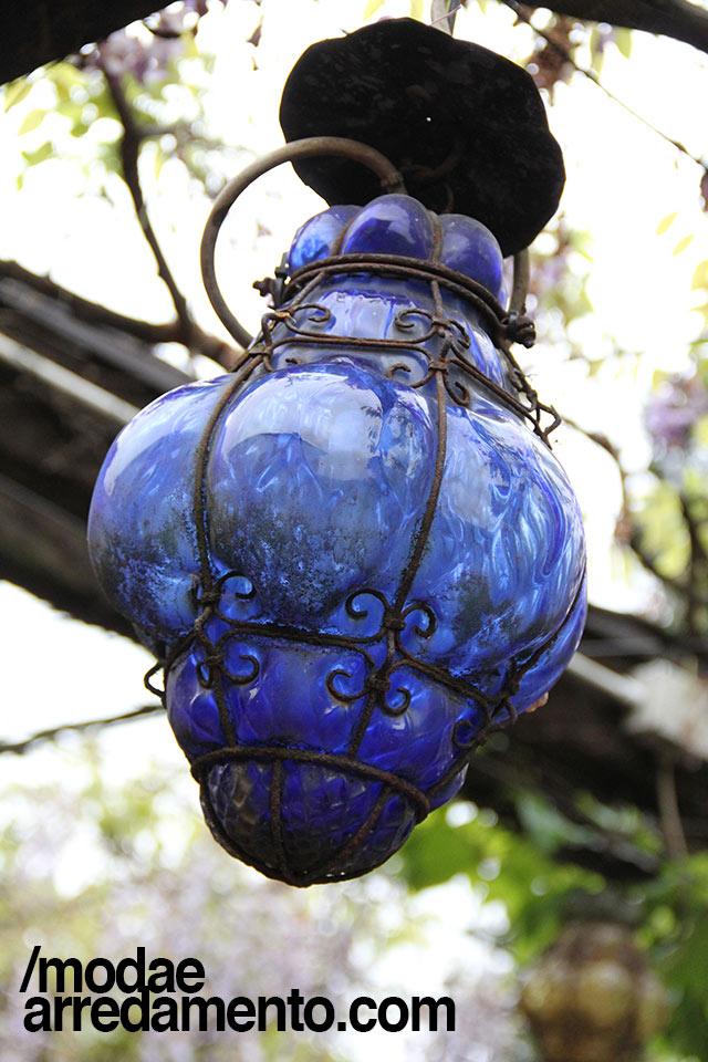 Lanterna veneziana in vetro e ferro, soffiata a mano e di colore blu.