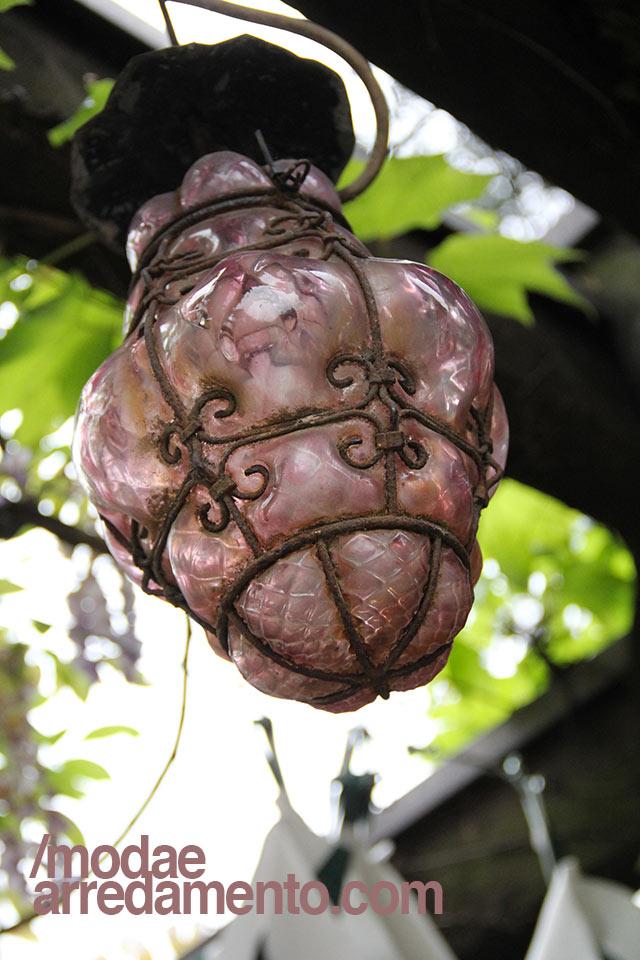 Lanterna veneziana in vetro di colore lilla.