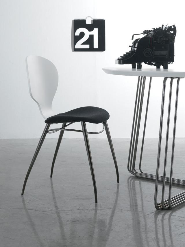 Sedia black and white con tavolo bianco.