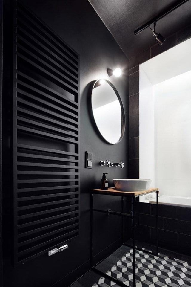 Bagno in stle arredo neo dark, pareti completamente nere e pavimenti monocromatico.
