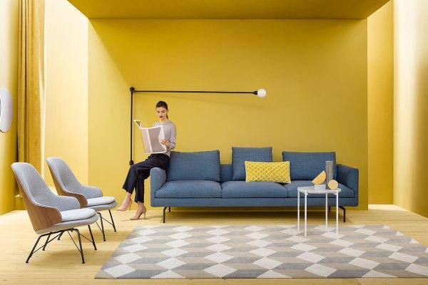 Zanotta divano Flamingo blu con piedini neri. News del Salone del Mobile 2017.