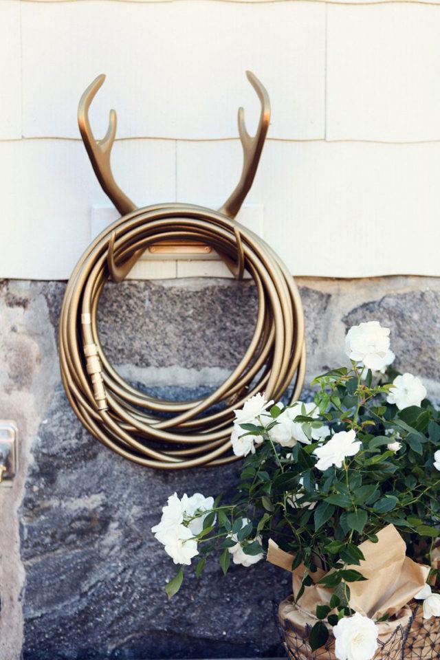 Reindeer garden Glory, un tubo da giardino con un portatubo a forma di renna colore oro.