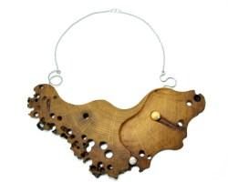 Collana traforata in legno di briccola rovere veneziana.