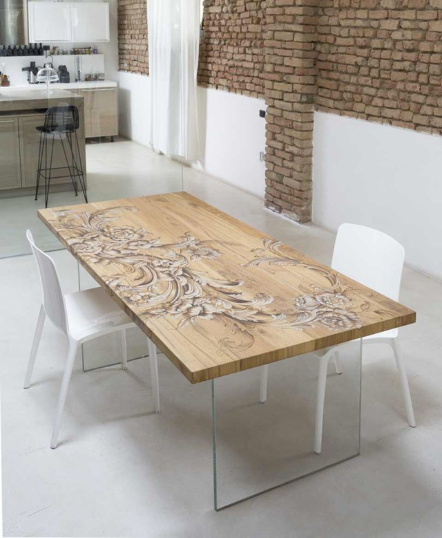 Tavolo in legno e cristallo che unisce artigianalità e modernità.