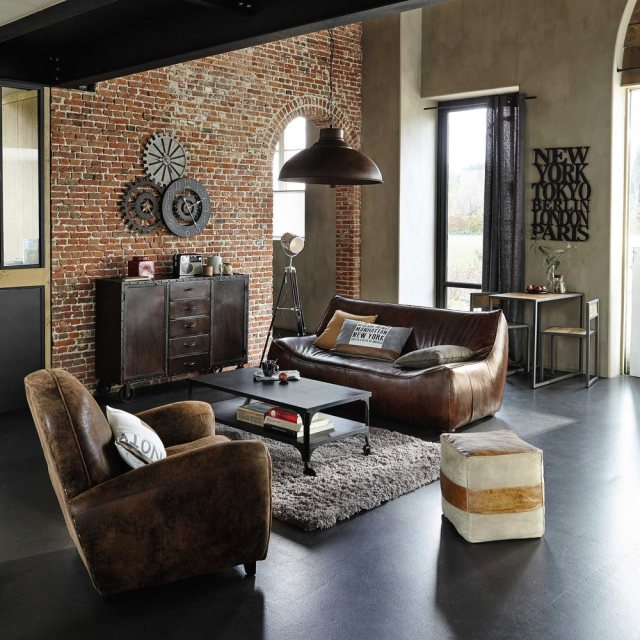 Soggiorno arredato con mobili in stile industriale.