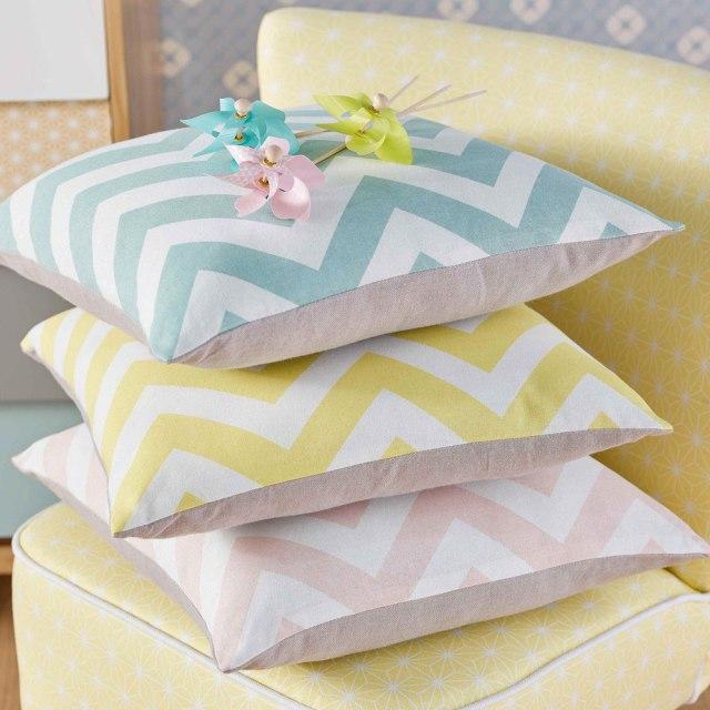 Cuscini con motivo a zig-zag in colori pastello.