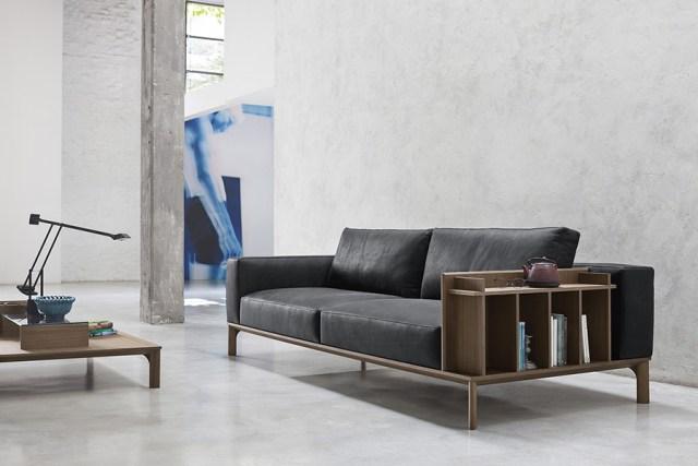 Place di Doimo Salotti - divano in pelle lineare con bracciolo libreria.