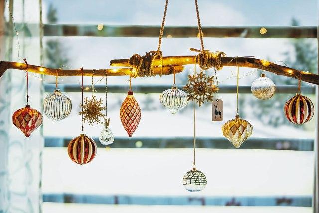 Atmosfere di Natale in casa: addobbi oro e rosso