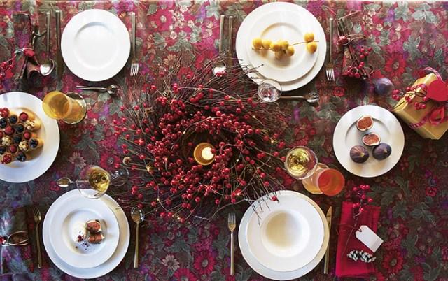 Atmosfere di Natale in casa: la tavola rossa di Coincasa.