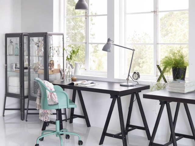 Ikea arredamento e scrivanie a cavalletto nere.