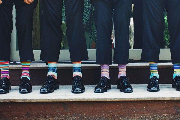 papà con calzini colorati