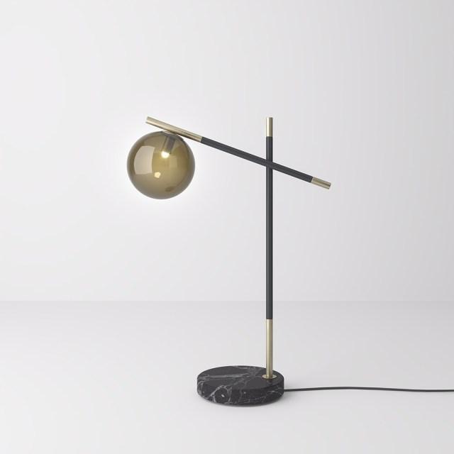 Lampada da tavolo in metallo nero e marmo con diffusori in vetro fumè.