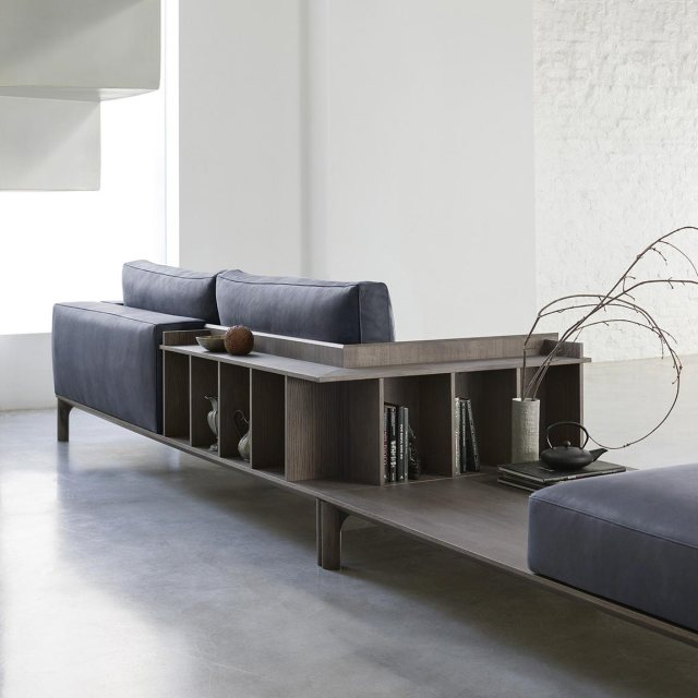 Divano adatto per un loft con libreria modello Place di Doimo Salotti.
