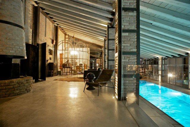 Casa rustico Shabby con piscina coperta.