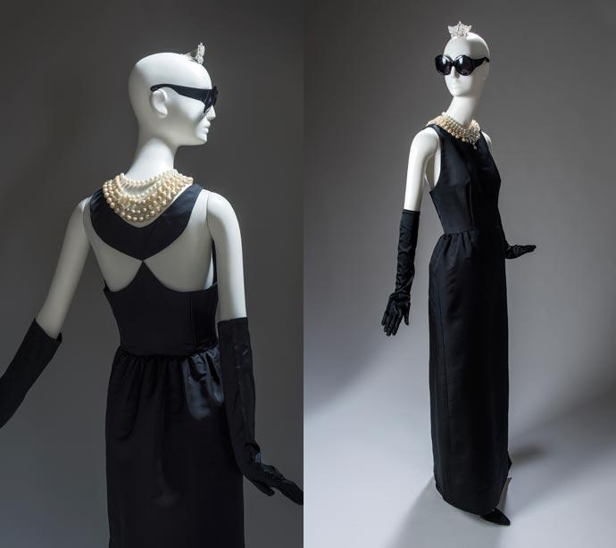 Vestido tubo de noche de satén negro, creado para Audrey Hepburn para la película Desayuno con diamantes (1961). Maison Givenchy
