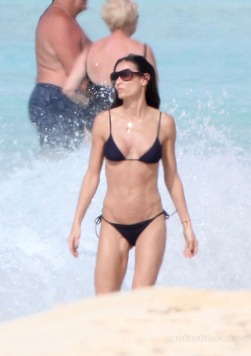 demi-moore-bikini-caribe-01