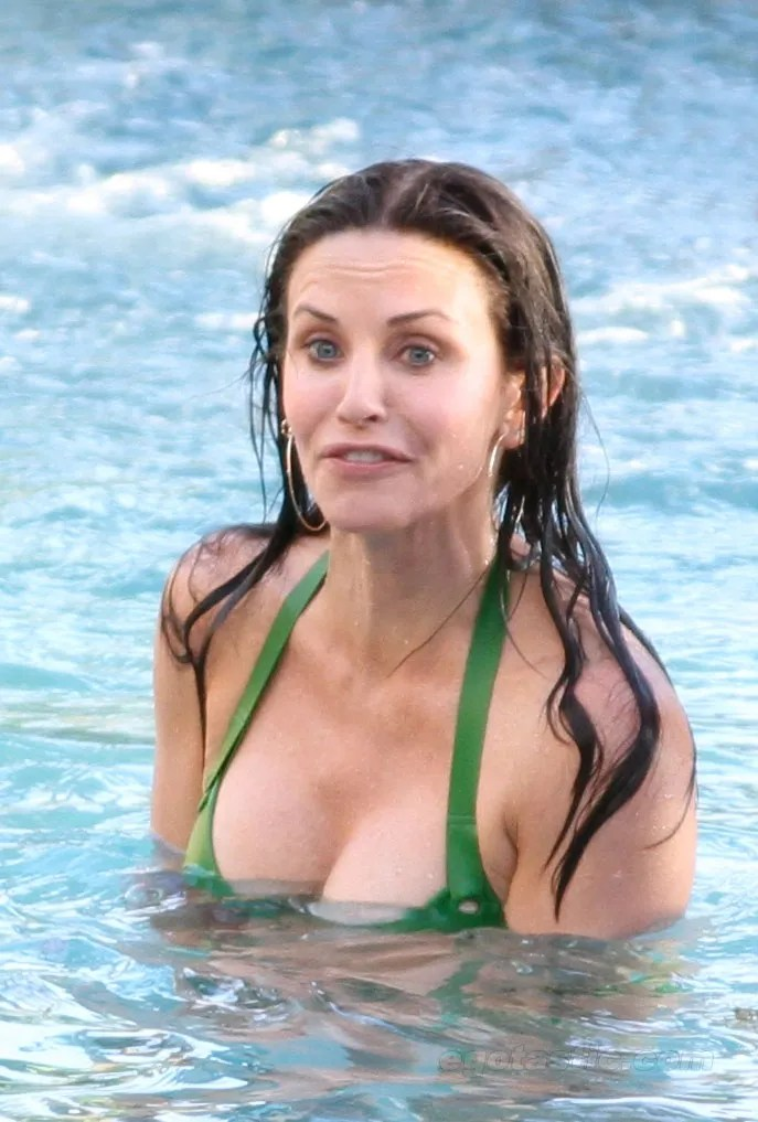 courteney-cox-bikini-hawaii-02