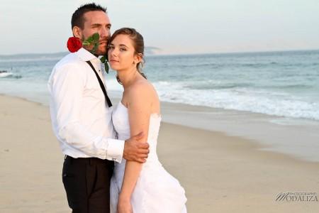 photo couple mariés trash the dress love session cap ferret village pecheur ocean se jeter à l'eau mer vagues chaussures bleu gironde by modaliza photographe-157