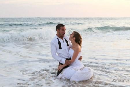 photo couple mariés trash the dress love session cap ferret village pecheur ocean se jeter à l'eau mer vagues chaussures bleu gironde by modaliza photographe-183