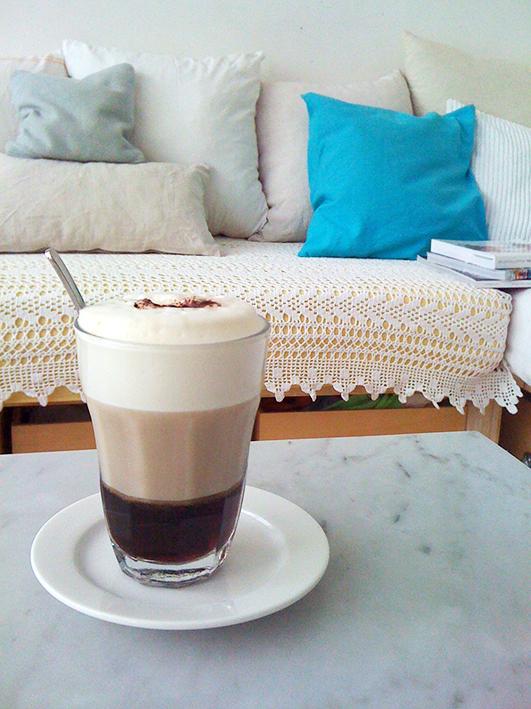 Modarium afbeelding van koffie op marmeren tafel in huiskamer met kussens