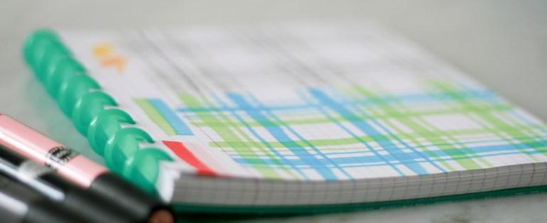 Modarium beeld van ruit schriftje met marker schetsen voor ruitdessin in groen en blauw