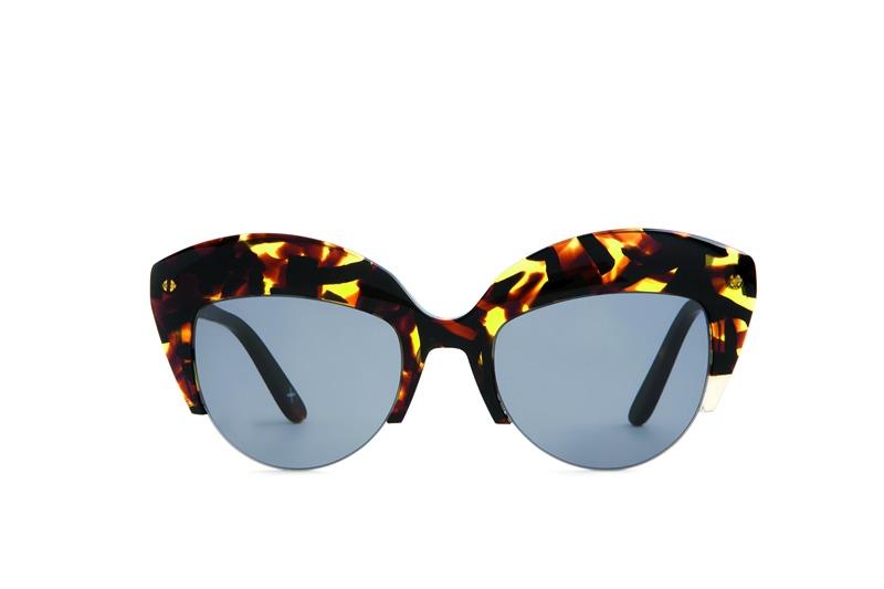 Tasarımlarıyla adından sıkça söz ettiren WILL.I.AM ve modern tasarımlara sahip Thierry Lasry markaları da sizi yuvarlak çerçeveli gözlükleriyle her mevsim sade ve farklı hissettirirken, Thom Browne renkli camlı gözlükleriyle ben buradayım dedirtiyor !