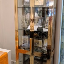**ITEM NOW SOLD** Mastercraft vintage vitrine. Brass and glass. Smoked mirrored glass in behind shelves. Interior lights with dimmer. 1950.-