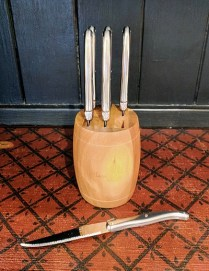 Set of six Laguiole steak knives with barrel block. Stainless steel. 98.- set.