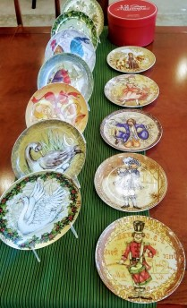 **ITEM NOW SOLD**Set of 12 Pottery Barn 'Twelve Days of Christmas' Dessert Plates. Original Retail Price: $99. Modele's Price: 50.-