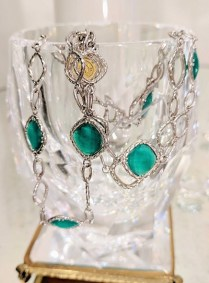 Bracelet by Tacori. Sterling silver and 108k yellow gold with triple strand open links and green chalcedony. Modern. 575.-