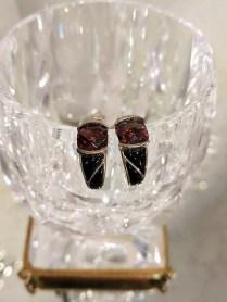 Earrings, sterling silver, garnet and black enamel. Modern. 425.-