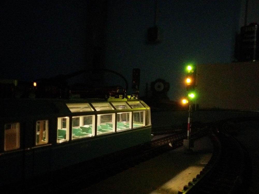 Gläserner Zug am Signal
