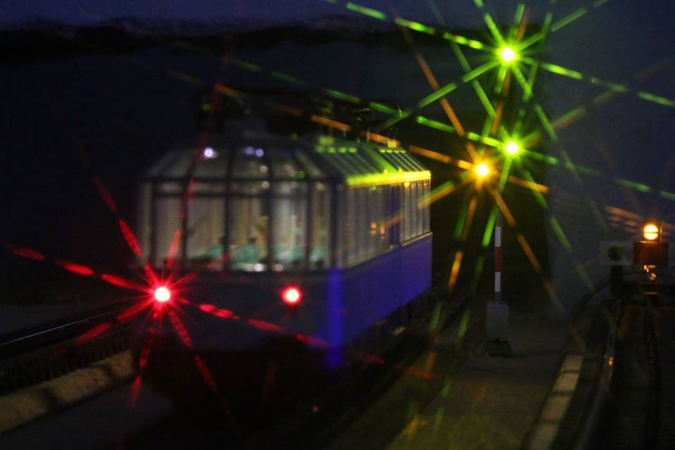 Gläsener Zug von Märklin vor einem Signal